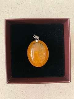 🚚 8.4g Golden rutilated quartz stone pendant