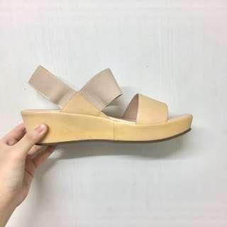 🚚 Nude Wedges