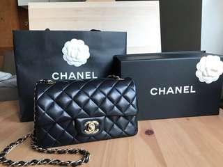 Chanel 門市長期斷貨  (size : 12.5x20x7cm)  黑色羊皮 ,  淡金鍊,  full set 有單,有咭