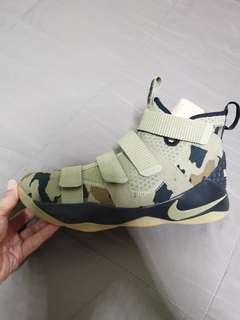 67a7d0f3643 Nike Basketball Lebron soldier 11