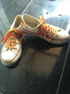 Sepatu lukis disney pooh