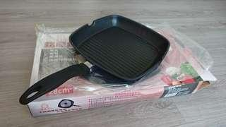 🚚 H.A.C《碧翠絲Beatrice》鋁壓鑄方型煎鍋 平底鍋 不沾鍋 不鏽鋼導磁 28cm