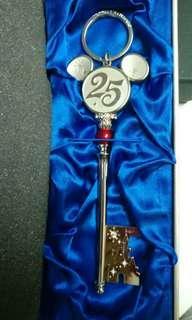 迪士妮25週年紀念鑰匙圈,售價含運費$1300因為保證書不見了
