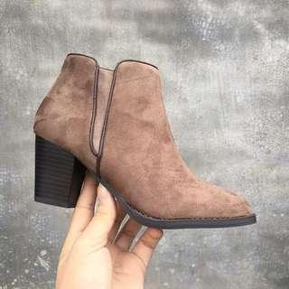 🚚 《早衣服》1月新品🎆百搭粗跟絨面高跟騎士短靴圓頭踝靴馬丁靴(預)
