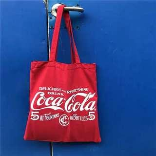 🚚 《早衣服》1月新品🎆復古亮眼款喜氣大紅色可口可樂cocacola英文字母印花肩背帆布包手提包(預)