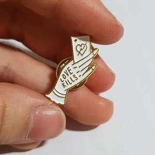 🚚 Love kills enamel pin (gold/silver)