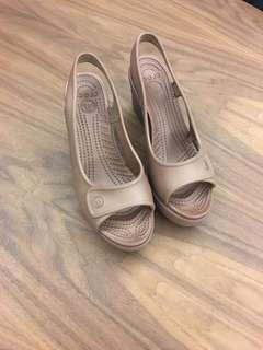 🚚 Crocs 女楔型鞋