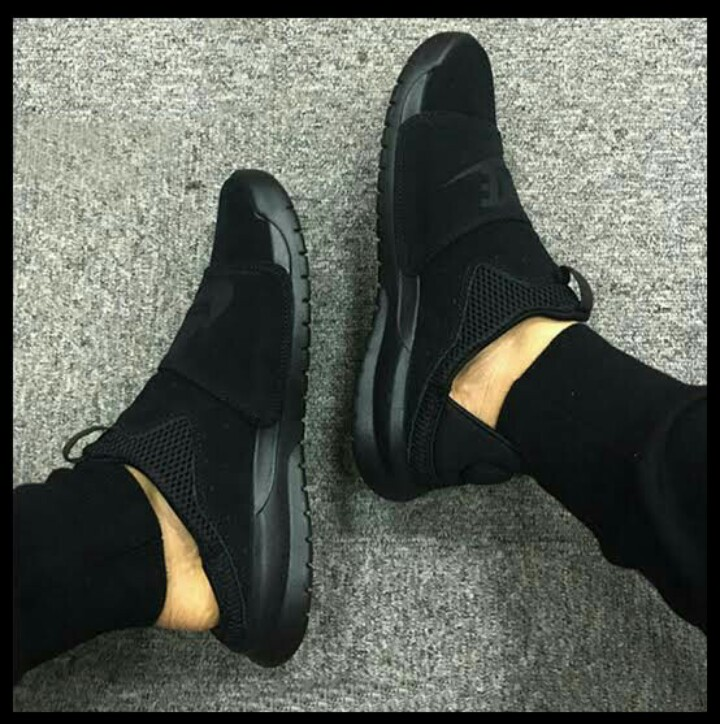 a8714e5c57b1 REPRICED   BEST DEAL  NIKE BENASSI SLIP TRIPLE BLACK GOOD AS NEW ...