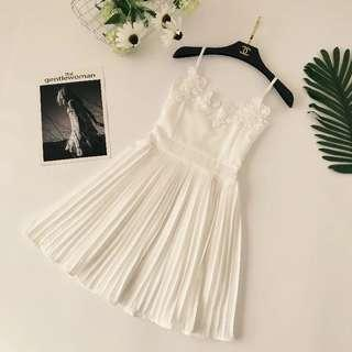 🚚 Po: white pleated dress with crochet details