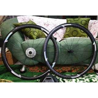 USED IN GOOD CONDITION 40mm x 27mm, 18K Matte Carbon Clincher 11 Speed Wheelset