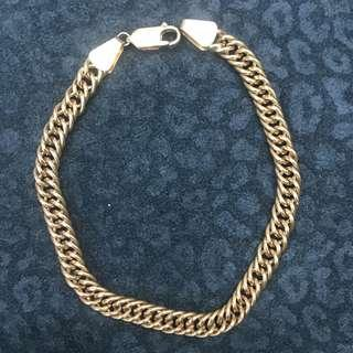 Aprroximately 9.9 grams 18 karat curb link bracelet. 8 inches in length and 5mm wide