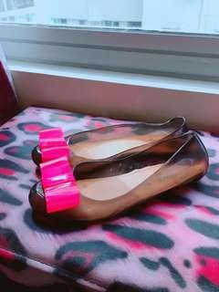 Black jelly shoes with pink ribbon accent