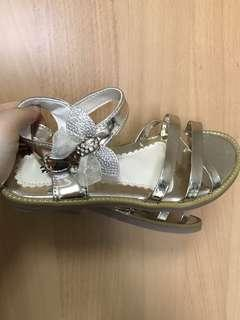 Girl's strappy shoes/sandals