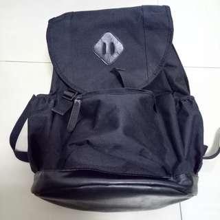 🚚 黑色素面後背包,很少背,便宜賣