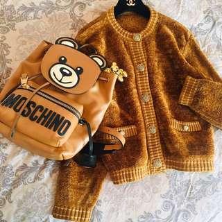 🚚 日本單品正日貨  焦糖色Moschino熊熊款色系  名牌設計款式  100%輕質絨毛料 雕刻繡釦  外套毛衣衫