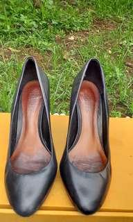 Sepatu Merk Schutz - Size 39