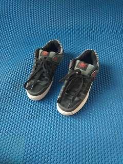 Sepatu adio suede
