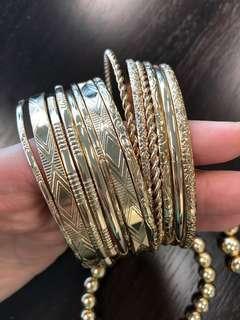 金色手鐲16 隻,送兩條仿珍珠手鏈
