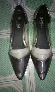 Sepatu transparan