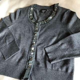🚚 iROO 全新 毛衣 小外套 水鑽飾 💎 緞帶 灰色