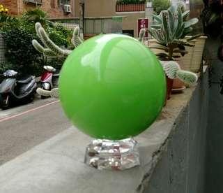🚚 全新清透稀有綠色夜明珠圓球超大擺件/附底座,螢光石/夜光石,重約1320公克,直經約9.4公分/越暗越亮喔!珍藏品