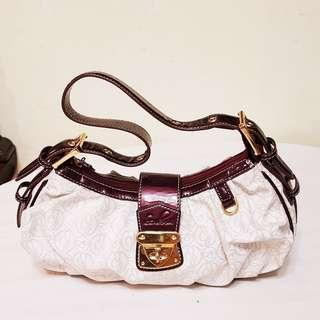 Sembonia handbag, Premium Design with superior quality leather, Gold-Plating and workmanship. Original price was more than $300. Flawless and Beautiful. Unused, Good condition. WhatsApp 96337309.