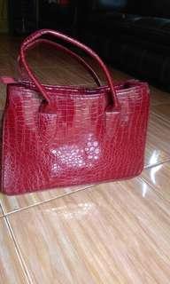 Tas motif kulit buaya warna merah