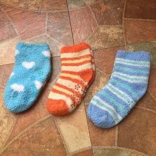 🚚 二手出清~三雙幼兒 幼童 刷毛室內止滑襪 室內保暖襪 止滑襪 保暖襪 室內襪 童襪 襪子 毛絨襪 刷毛襪