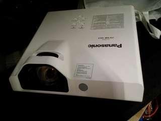 panasonic pt-tx410 short throw projector ( super good condition)