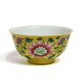 黃釉地粉彩花卉紋碗