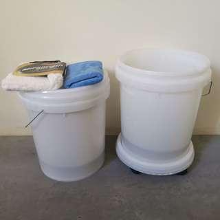 Car wash wheeled bucket set with sand grit guard