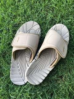 Larrie sandals
