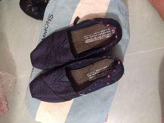 在連卡佛購買,穿過兩次,發現細過5號腳。鞋面仍好新的。