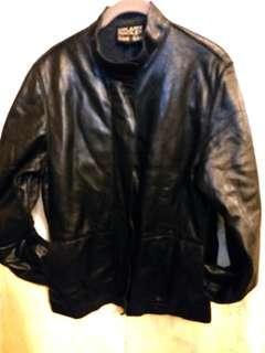 加拿大名牌 Hilary Radley女裝皮褸。  Size 6.  胸圍40寸。  衫長25寸。  面是柔軟羊皮加fleece, 褸薄而暖, 不臃腫。  小企領。  100%真皮。  95%新。