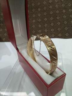 UK Antique 1971 Gilt/ Gold Plated on Sterling Silver Heavy Bracelet/ Bangle with Safety Chain and Red Box, FM (Fred Manshaw Ltd), 30g, 6.6cmx5.7cm Dia, 1.3cm T, London English, 英國古董包金純銀手鈪  連特式紅盒 www.silvermakersmarks.co.uk/Makers/London-FJ-FO.html#FM