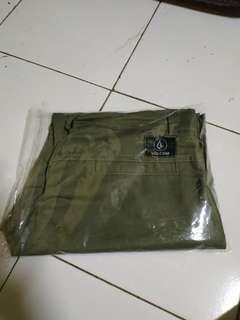 Celana pendek merek Volcom warna hijau lumut edisi kekecilan