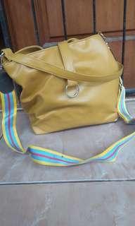 Tas warna mustard bahan kulit palsu lembut