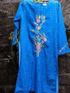 Busana muslim motif bunga biru