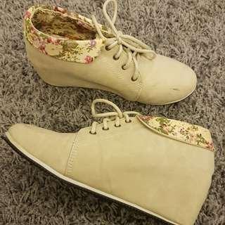 Floral Moda polo heeled booties
