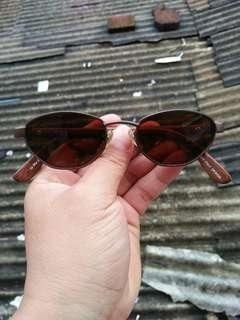 Vintage sunglasses 80s/John lennon sunglasses Brand: 69 Blue Eyes Rare/Limited edition Frame besi Titanium dilapisi bahan optyl motif serat kayu jati (unik) Stainless steel lensa adem,sangat nyaman dipakai Full tag logo brand Pad nose empuk