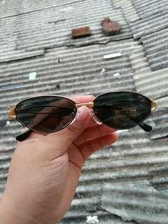 Vintage Sunglasess 80s/John Lennon sunglasses Brand: Suncity Vintage authentic Lensa: UV 400 Warna lensa hijau botol Terdapat ukiran unik logo crocodile pada ujung frame Lensa kaca,adem di mata sangat nyaman dipakai Rare (Limited  edition)