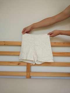 Celana pendek putih highwaist