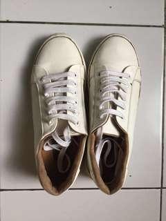 sepatu putih