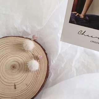 🚚 《早衣服》1月新品🎆甜美粉嫩系可愛少女馬毛球撞色愛心形耳針夾式耳環無耳洞耳夾(預)