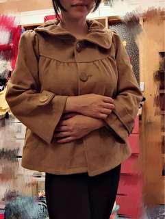 🚚 荷葉領 寬袖 大鈕扣 短版 駝色外套