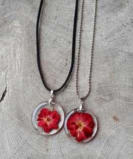 Kalung Bunga Merah