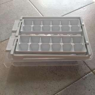 Used ice making mould with collecting tray