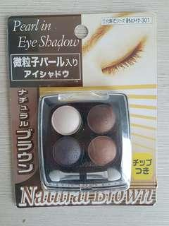Pearl in Eyeshadow Natural Brown Daiso