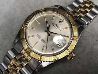 古董Rolex 1625 TOG金鋼爬山虎自動日曆天文台男庒手錶。越來越少了。  二手港幣$28000  原裝銀色T SWISS T 面金字金針。原裝無返寫。  K黃金可轉動外圈。 塑膠上蓋, 原裝錶的。 直徑36mm,不包括表的量度。  原裝勞力士1570自動機芯。拉停。功能正常。 原裝金鋼6252H.14k薄五珠勞力表帶,凸貝殼皇冠扣。合19cm手腕。  手錶S/N 26xxxxx。約1971年冇盒冇紙。有意pm