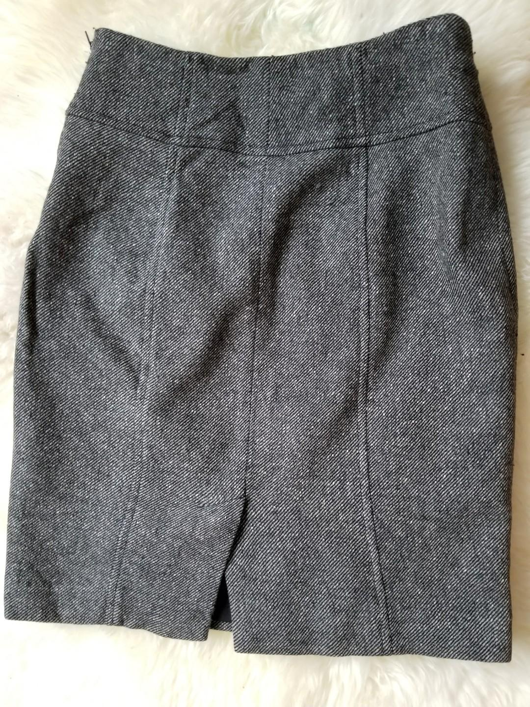Banana Republic lined skirt. Beautiful exposed side zip. Size 00p. Purchased new for $119. Excellent condition. Priced to sell.